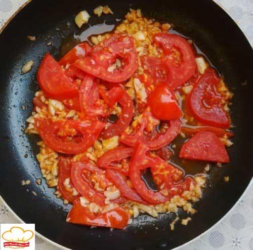 Xào cà chua cho mềm nhuyễn