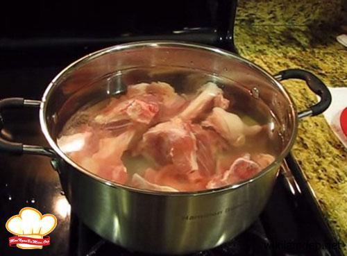 Ninh xương trong khoảng 2 tiếng để nước dùng ngọt đậm đà