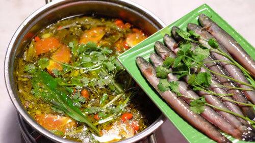 Thực hiện cách nấu lẩu cá kèo lá giang