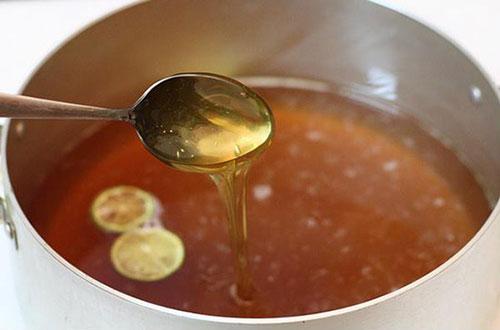 Đun nước đường làm chè lam