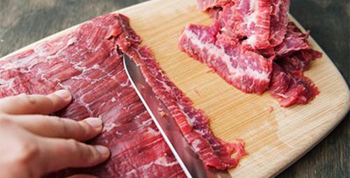 Sơ chế và thái thịt bò theo thớ