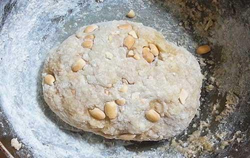 Thêm lạc rang vào bột làm chè lam