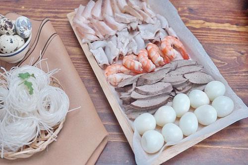 Sơ chế nguyên liệu nấu hủ tiếu Nam Vang
