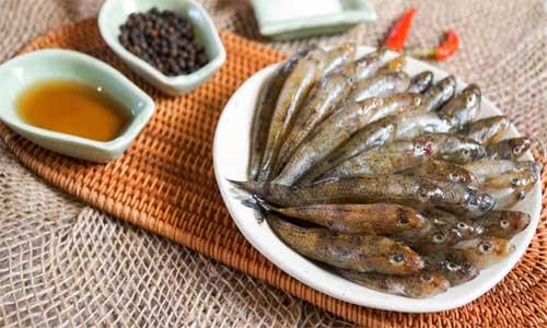 Sơ chế các nguyên liệu làm cá bống kho tieu