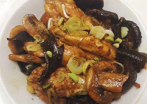 Hướng dẫn chi tiết cách làm thịt gà khi nấm hương